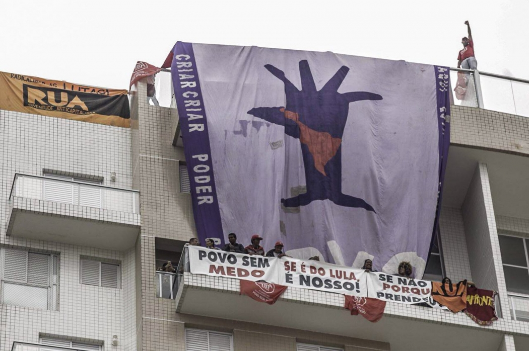 Manifestantes ocupam triplex do Guarujá e estendem faixas de apoio a Lula  . Crédito: Reprodução/Twitter/GuilhermeBoulos