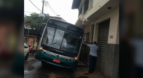 O ônibus da linha 182 ficou atolado no buraco, no Bairro da Penha. Crédito: Gilbert | Internauta