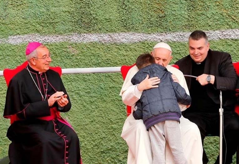 O Papa Francisco abraça e consola Emanuele, de 8 anos. Crédito: @domtotal | Twitter