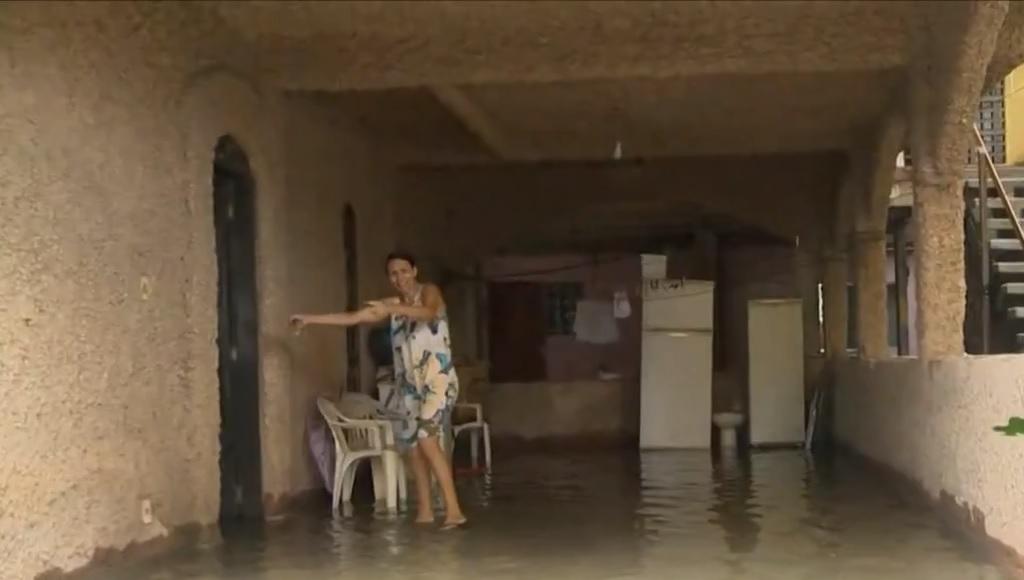 Água invade a casa de Dunalva Maria da Silva, em Itapoã, Vila Velha. Crédito:  Reprodução/TV Gazeta