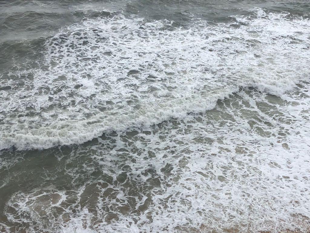 Situação do mar na Praia do Riacho, em Guarapari, após chuva forte nesta segunda-feira (16). Crédito: Internauta   Gazeta Online