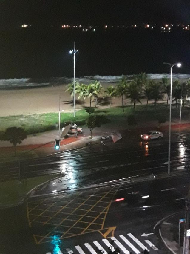 Táxi derruba ponto de ônibus na Orla de Camburi, em Vitória, nesta segunda-feira (16). Crédito: Internauta | Gazeta Online