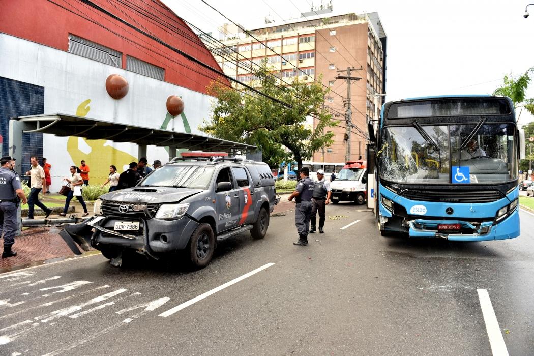 Viatura invade ponto de ônibus e deixa feridos em Vitória. Crédito: Fernando Madeira