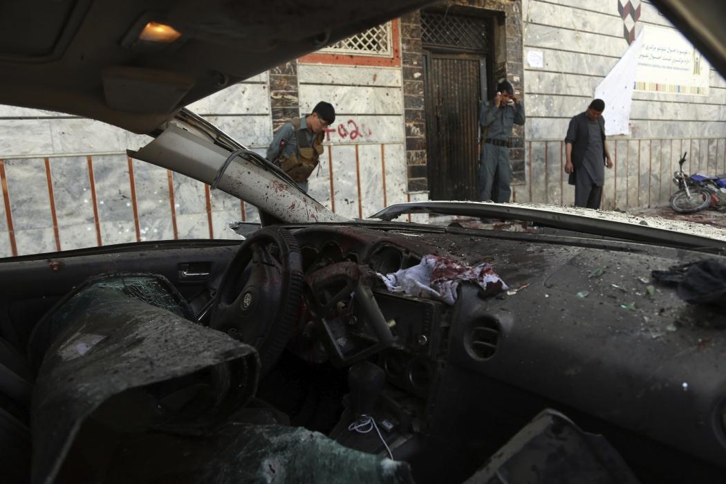 O general Daud Amin, chefe da polícia de Cabul, afirmou que o homem-bomba atacou civis que se reuniram para receber cartões de identificação. Crédito: RAHMAT GUL/ASSOCIATED PRESS/ESTADÃO CONTEÚDO