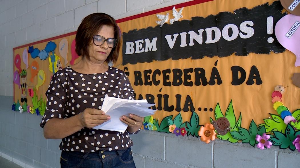 A professora Mara Sena leu mensagem que os amigos de Kauã escreveram. Crédito: TV Gazeta
