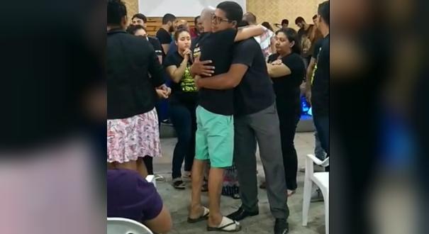 George Alves com os pés enfaixados durante culto realizado no mesmo dia da tragédia em Linhares. Crédito: Reprodução | Facebook