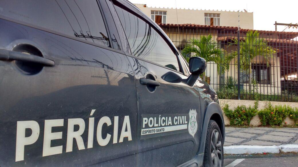 Perícia da Polícia Civil em casa onde aconteceu a tragédia em Linhares. Crédito: Samira Ferreira