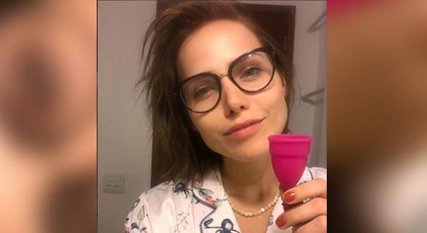 A atriz Letícia Colin, com o coletor menstrual: praticidade e liberdade. Crédito: Reprodução/Instagram