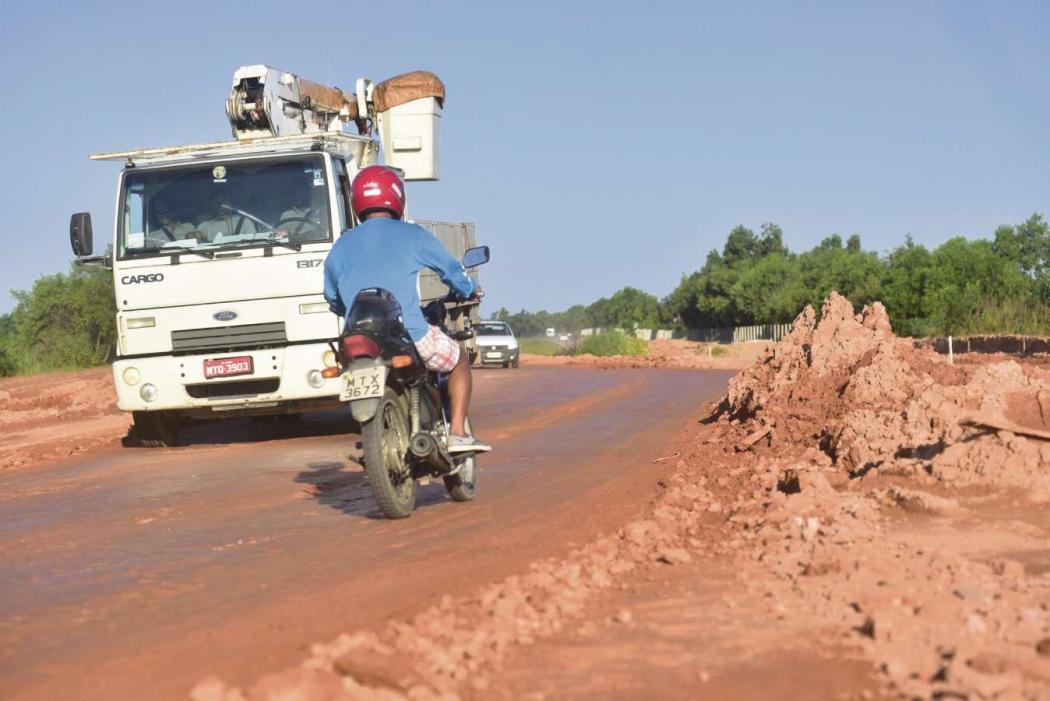 Carros, caminhões e motos se arriscam ao atravessar a Leste-Oeste. O tráfego de veículos leves ainda não foi liberado pelo DER-ES. Crédito:                   Marcelo Prest