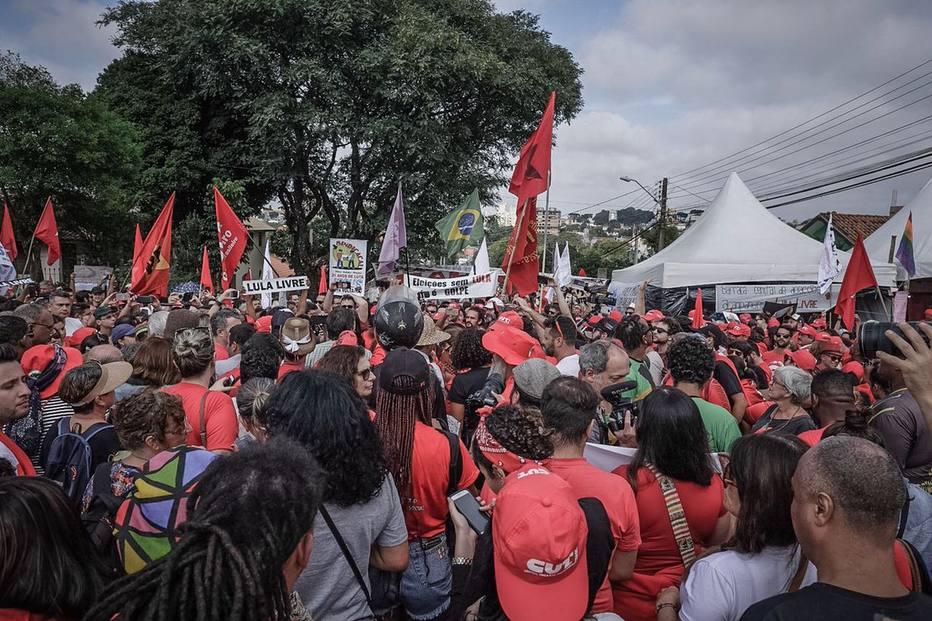 Militantes participam do ato do Dia do Trabalho nos arredores da Polícia Federal em Curitiba, onde o ex-presidente Luiz Inácio Lula da Silva está preso desde o dia 7 de abril. Crédito: Gibran Mendes/CUT/Twitter