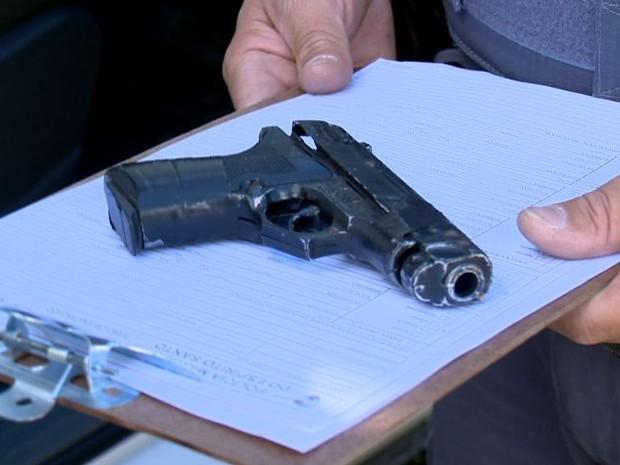 Arma de brinquedo apreendida pela Polícia Militar no ES. Crédito: G1