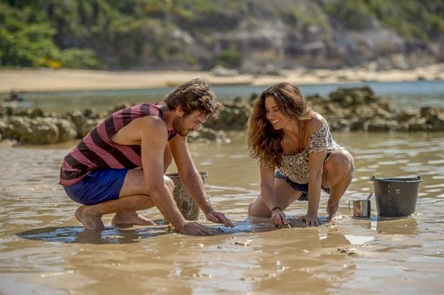 """Beto ( Emilio Dantas ) tenta catar marisco com Luzia ( Giovanna Antonelli ) em """"Segundo Sol"""". Crédito: Globo / João Cotta"""