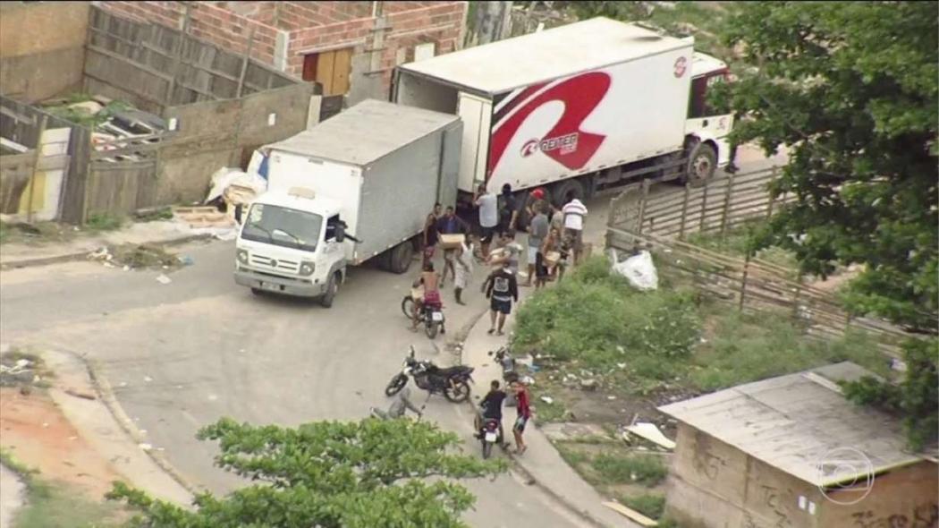 Roubo de carga de caminhão é flagrado no Rio. Crédito: REPRODUÇÃO/TV GLOBO
