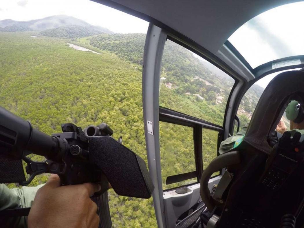 Helicóptero é usado para escoltar caminhões  de transportadoras com o objetivo de evitar o  roubo de cargas, especialmente no Rio de Janeiro. Crédito: Dezyane Azevedo/WhatsApp
