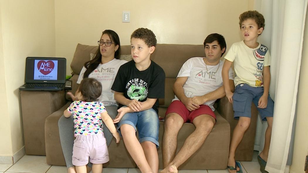 Aline conta com a ajuda da família para fazer atividades simples . Crédito: Reprodução - Tv Gazeta Sul