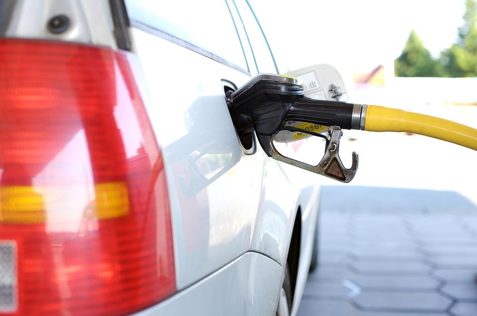 Carro em posto de combustível. Crédito: Pixabay