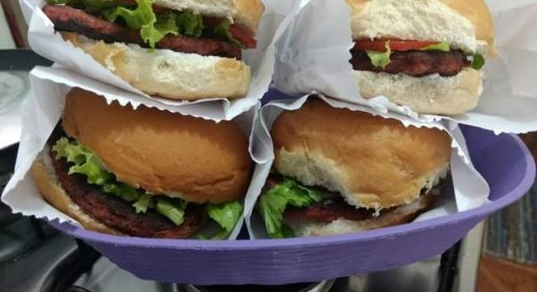 Hambúrguer de feijão e beterraba, com maionese de arroz