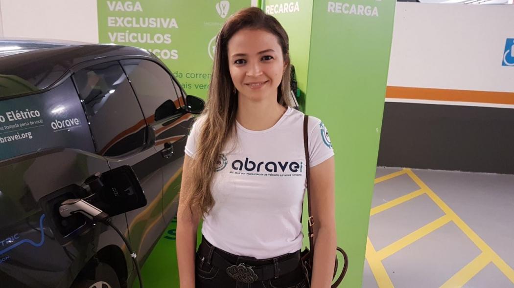 A engenheira eletricista Aline Gonçalves Santos também tem um carro elétrico. Crédito: Eduardo Dias
