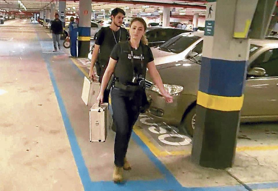 Policiais foram ao shopping realizar perícia e analisar as imagens  de segurança. Crédito: Imagens TV gazeta
