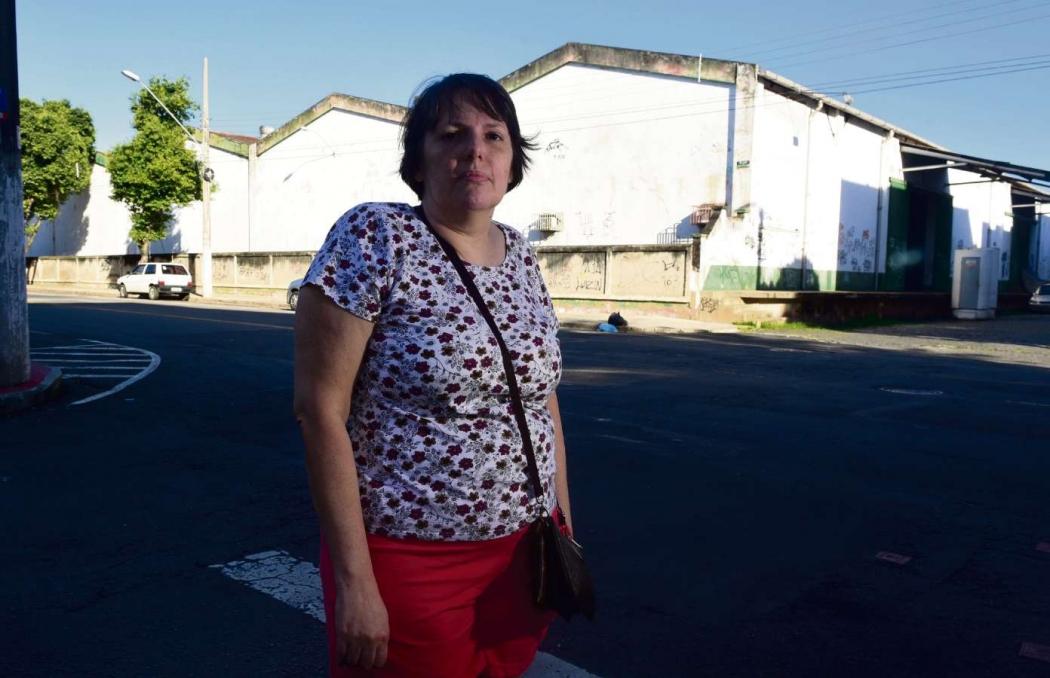 """""""Muitos moradores de rua ficam concentrados nos galpões. De noite a gente não pode nem passar perto porque fica muito perigoso"""", afirmou a dona de casa Lorena Contarini, de 51 anos. Crédito:    Ricardo Medeiros"""