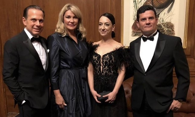 O juiz Sérgio Moro aparece em foto com o ex-prefeito de São Paulo João Doria em evento em Nova York, na noite desta terça-feira (15). Crédito: Divulgação