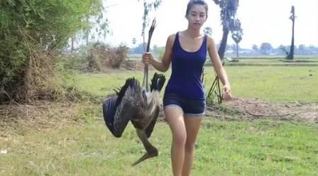 Ah Lin Tuch se prepara para cozinhar uma ave protegida