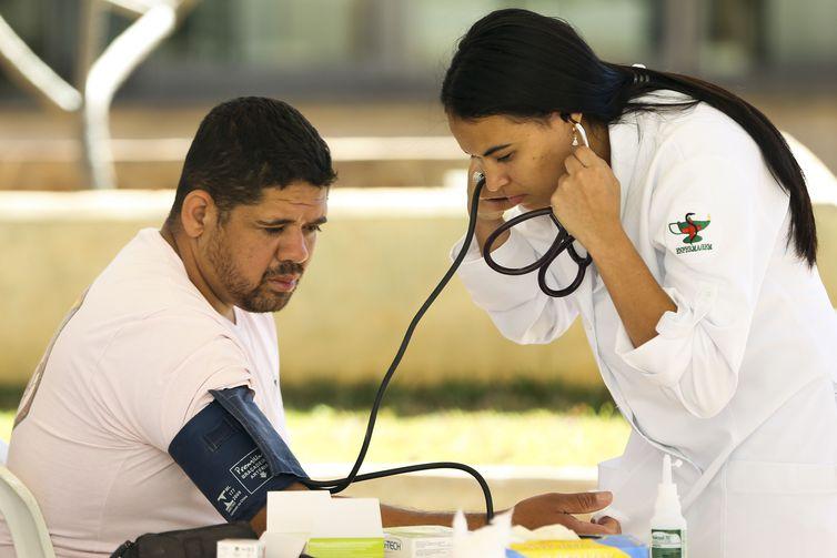 A pressão 120 por 80 é considerada ótima. Acima de 140 por 90, a pessoa já é hipertensa, afirmou o cardiologista . Crédito: Marcelo Camargo/Agência Brasil