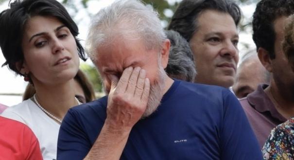 Lula se emociona durante ato em frente ao Sindicato dos Metalúrgicos do ABC. Crédito:  THIAGO BERNARDES/FRAMEPHOTO/AE