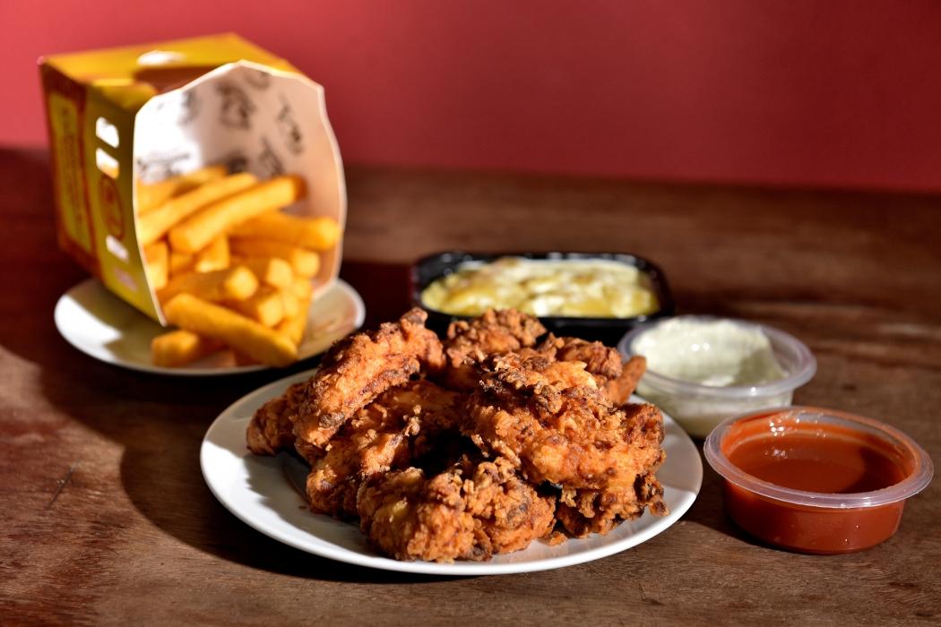 Frango do Number One Chicken pode ser entregue com polenta frita, batatinhas, aipim ou purê de aipim. Crédito: Fernando Madeira