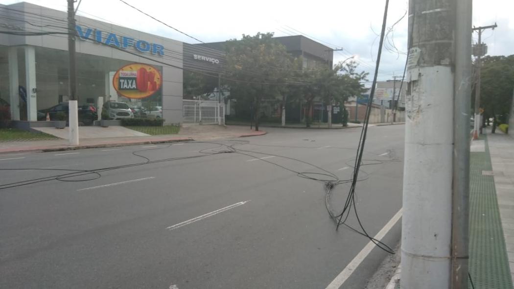 O cabos ficaram jogados na Rua Humberto Martins de Paula . Crédito: Caíque Verli