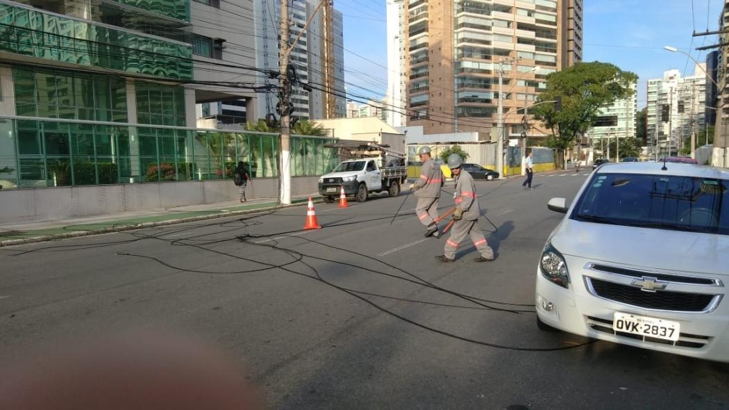 Técnicos da EDP foram ao local para fazer as retiradas dos cabos . Crédito: Caíque Verli