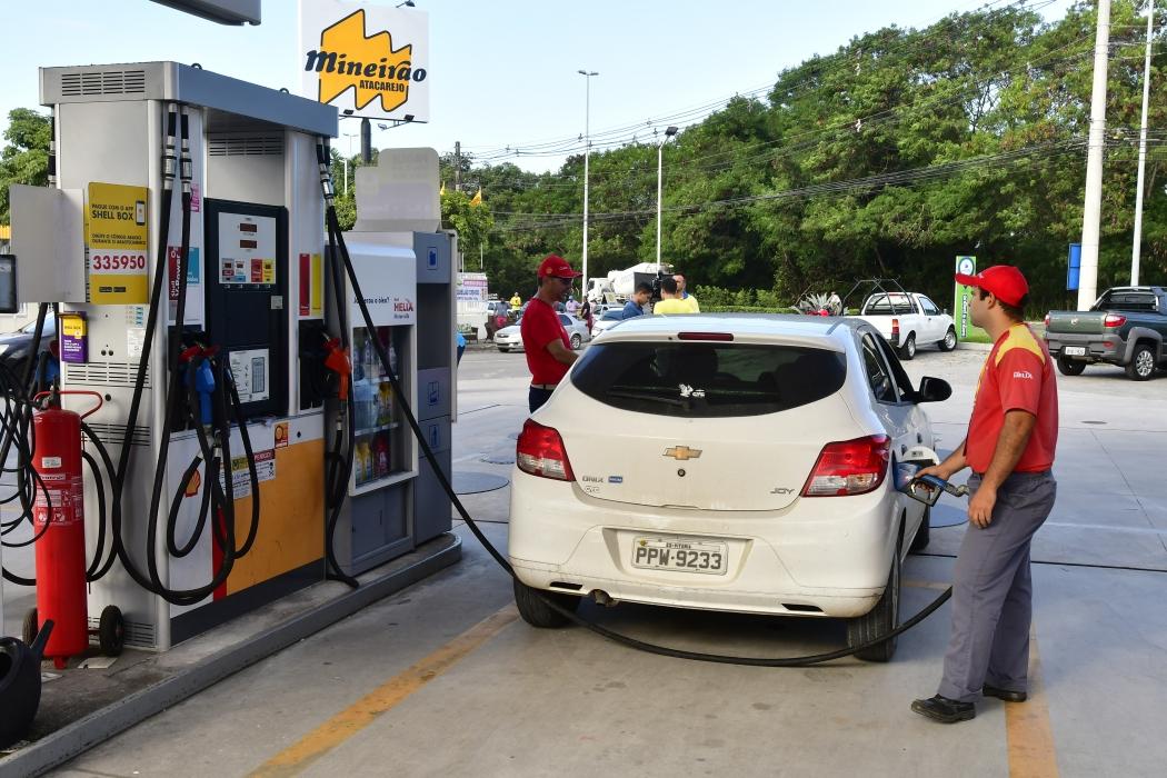 Fila gigantesca em posto com gasolina a R$ 1,96 em Vitória. Crédito: Bernardo Coutinho | GZ