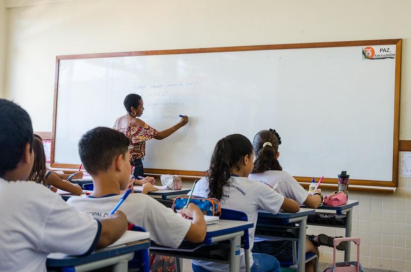 Professor dando aula na Prefeitura da Serra. Crédito: Jansen Dias Lube / Divulgação PMS