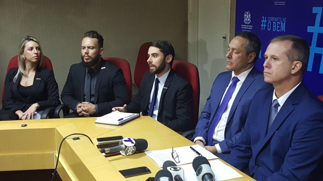 O delegado André Jaretta (ao centro, de gravata azul e terno preto) ao detalhar as investigações sobre a tragédia em Linhares. Crédito: Rafael Silva