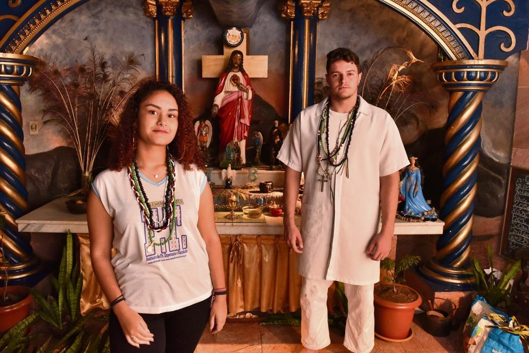 Os estudantes Anne Caroliny e Marcos Vinicius são fiéis da religião Umbanda. Crédito: Fernando Madeira