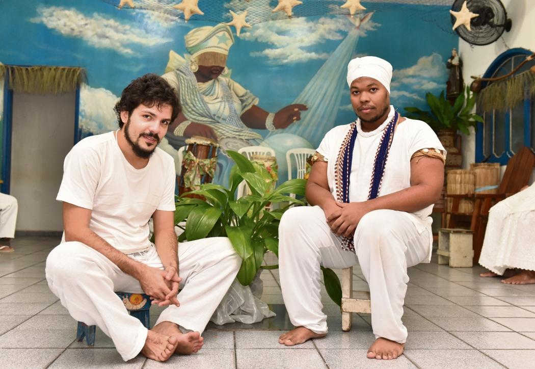 Yuri Fonseca, 27, e Fabrício dos Santos Ventura, 24, encontraram paz no candomblé. Crédito: Fernando Madeira