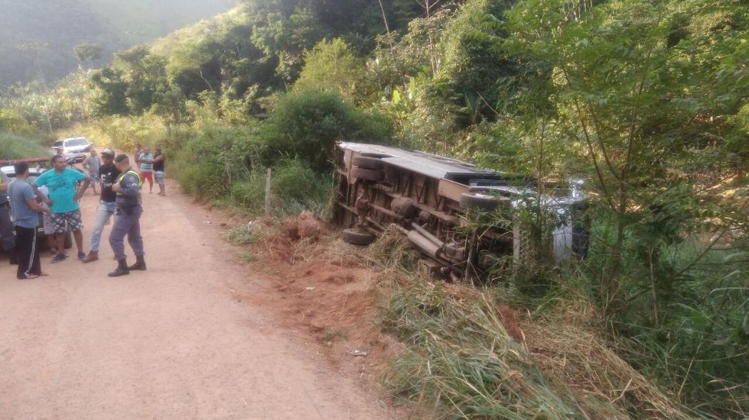 Acidente com micro-ônibus no interior de Guarapari. Crédito: Internauta do Portal 27