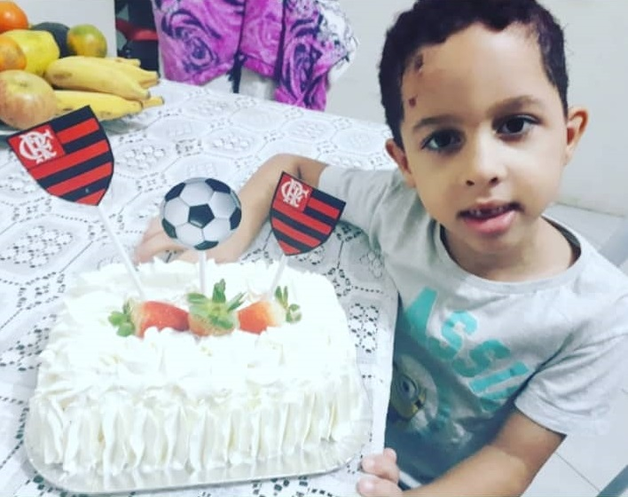 """""""Fizemos uma uma comemoração pra agradecer o renascimento"""", disse a mãe após o filho ser atacado por cachorro. Crédito: Iony Lopes"""