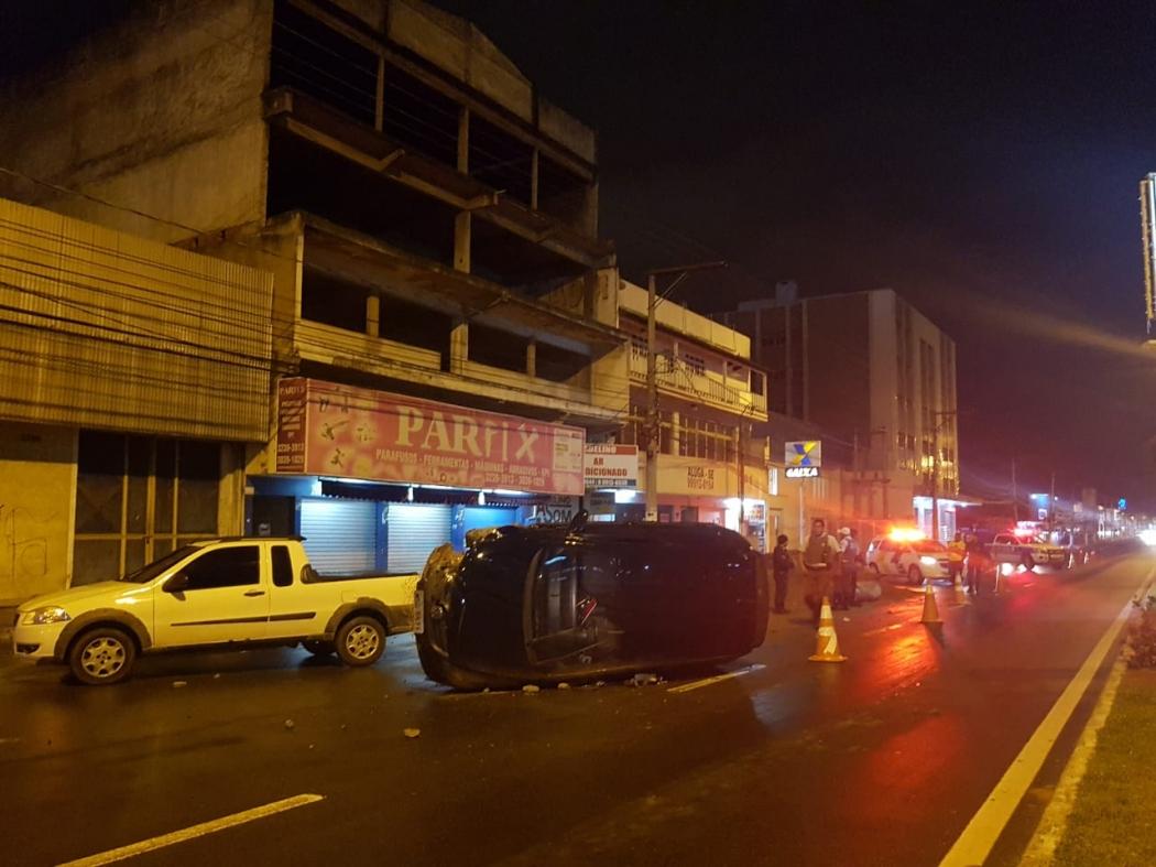 Carro capotou na Avenida Carlos Lindenberg, em Vila Velha. Crédito: Internauta | Gazeta Online
