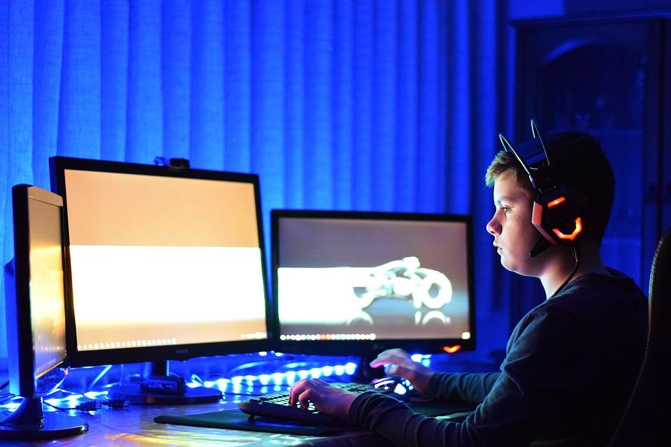 Jovem joga videogame: atividade também está entre as que podem prejudicar o sono e elevar relatos de sintomas depressivos . Crédito: Reprodução/Pixabay