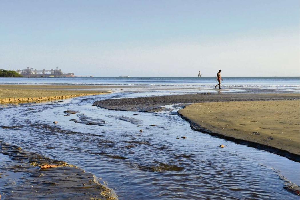 Poluição na Praia de Camburi, em Vitória. Crédito: Guilherme Ferrari