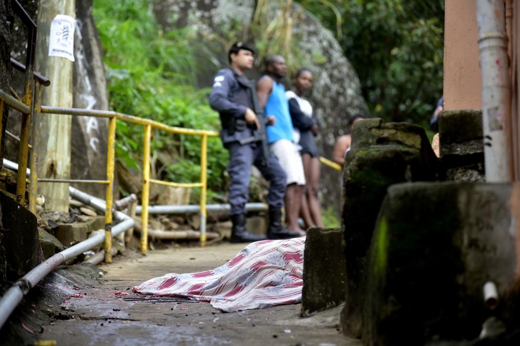 Homem executado com vários tiros durante a madrugada no morro da Piedade. Crédito: Marcelo Prest