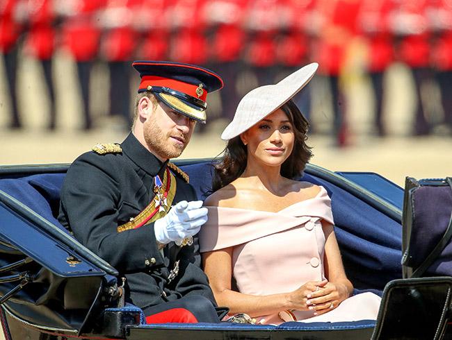 Príncipe Harry e Meghan Markle, duque e duquesa de Sussex, durante desfile em comemoração ao aniversário da rainha Elizabeth II. Crédito: Reprodução Internet