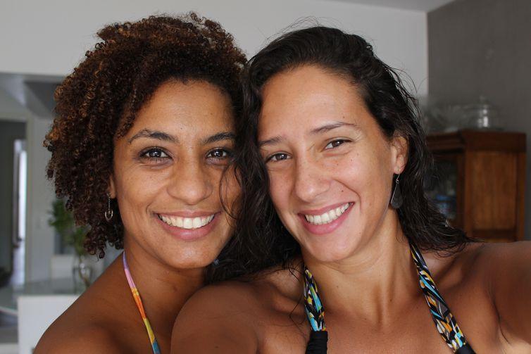 Marielle Franco, assassinada a tiros no Rio no dia 14 de maio, ao lado da esposa, Mônica Benício. Crédito: Arquivo pessoal