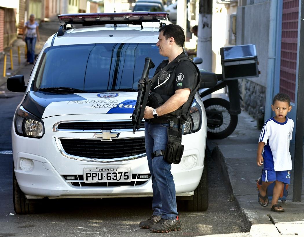 Polícia Militar sobe o Morro da Piedade, em Vitória, em operação e patrulhamento da região. A Polícia Civil também está ajudando no serviço. Crédito: Bernardo Coutinho