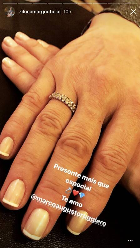 Zilu exibiu anel de brilhantes que ganhou do namorado nas redes sociais