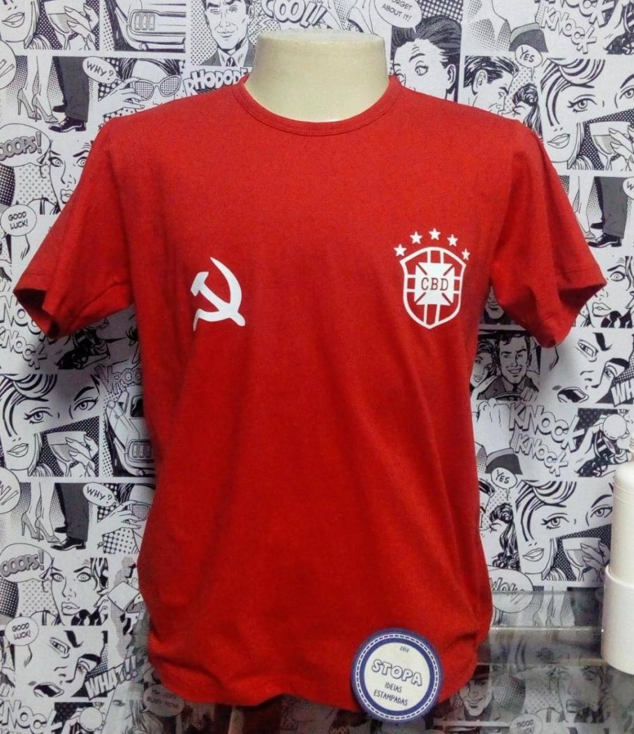 Pessoas que se identificam com a esquerda confeccionaram versão vermelha da camisa da seleção brasileira. Crédito: Marcelo Pereira