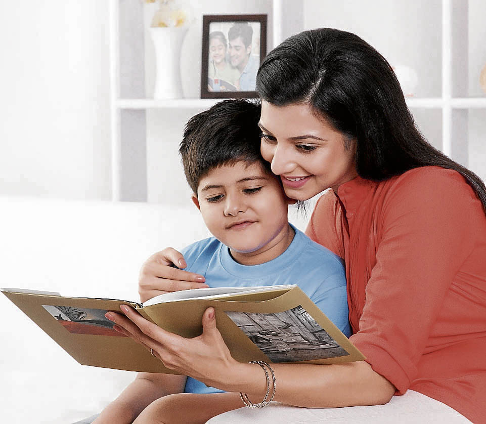 Mãe lê para filho: família é primordial para a formação   de cidadãos. Crédito: Shutterstock