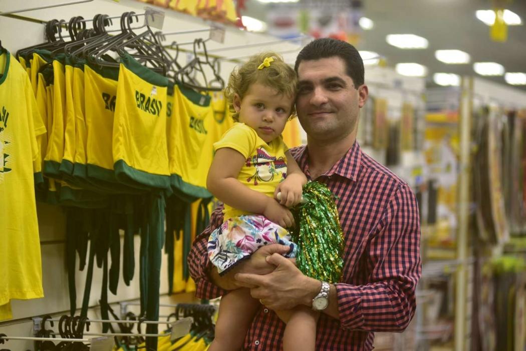 Adriano Figueiredo, de 39 anos, contador, acredita que questões políticas devem ser deixadas de lado na Copa. Crédito: Marcelo Prest