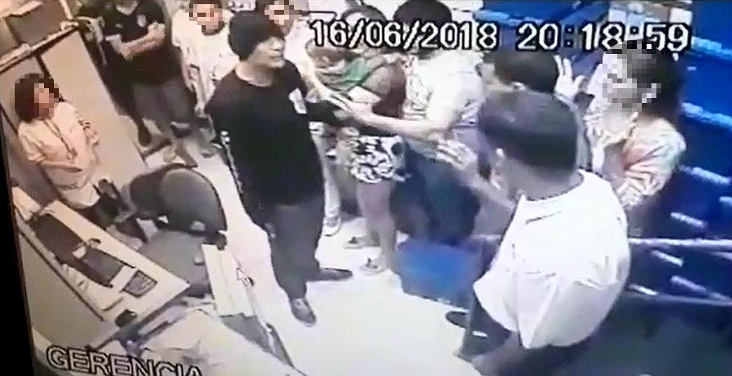 Bandido com uniforme de policial assalta farmácia em Vitória. Crédito: Reprodução